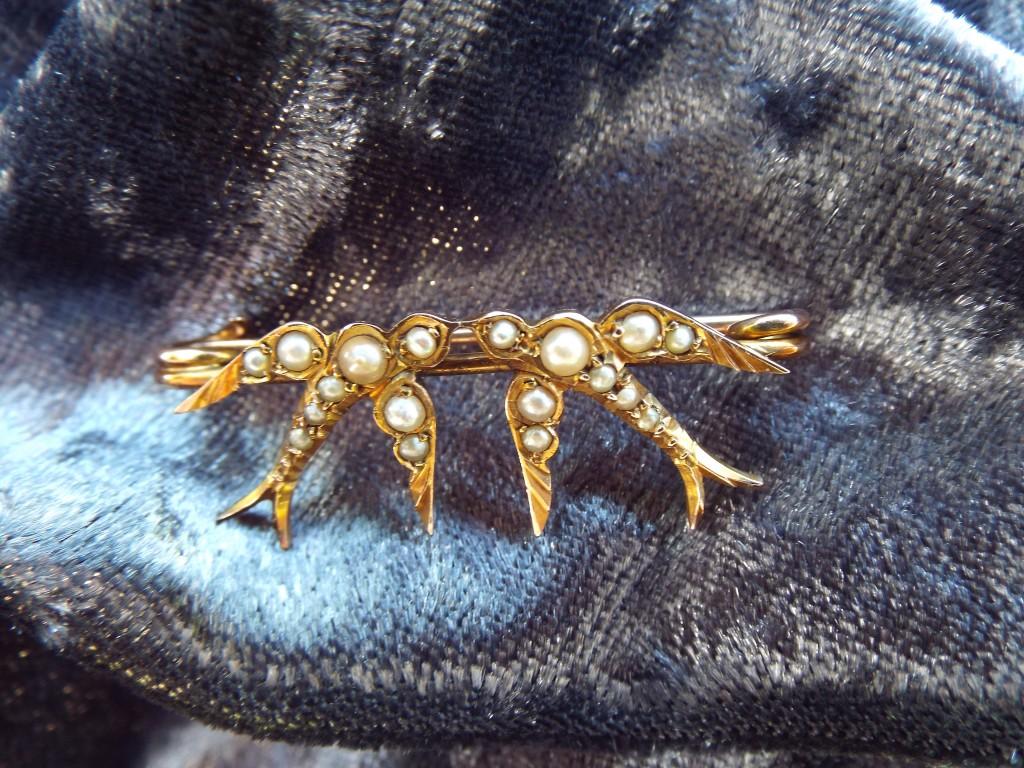 9 carat gold brooch